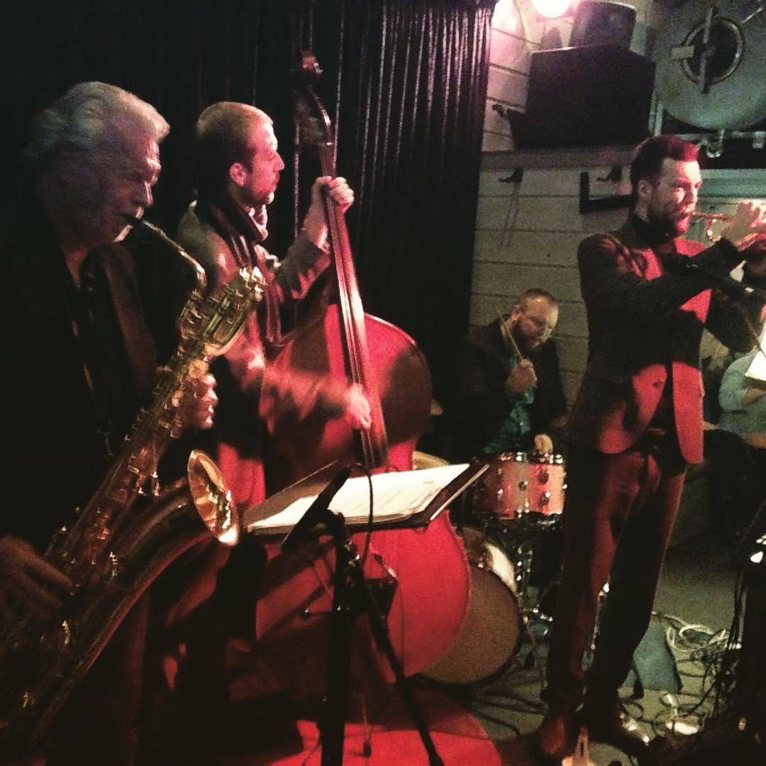 For ein kveld på Draaben! Vi hiver instrumenter og John Pål i bilen og durer til Horten i morra!